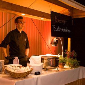 Partylichtstimmung mit Koch und Speisen