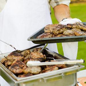 Grillfleisch mit Mitarbeiter